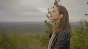 La mujer está mirando en el cielo almacen de metraje de vídeo