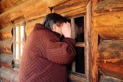 La mujer está mirando a escondidas adentro Foto de archivo libre de regalías
