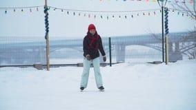La mujer está patinando en la pista de patinaje de hielo metrajes