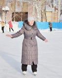 La mujer está patinando en una pista de hielo Fotos de archivo libres de regalías