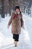 La mujer está recorriendo en el parque del invierno Imágenes de archivo libres de regalías
