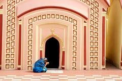 La mujer está rogando en 108 Shiva Temple en Burdwan, Bengala Occidental, la India Imagenes de archivo