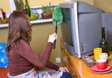 La mujer está sacando el polvo Foto de archivo libre de regalías
