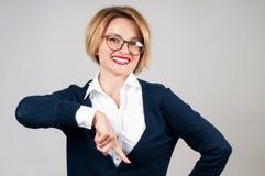 La mujer está señalando en un botón de la suscripción Imágenes de archivo libres de regalías