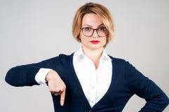 La mujer está señalando en un botón de la suscripción Foto de archivo libre de regalías