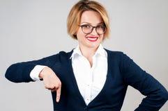 La mujer está señalando en un botón de la suscripción Fotografía de archivo libre de regalías