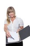 La mujer está señalando en un documento con una pluma imagenes de archivo