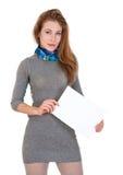 La mujer está sosteniendo la hoja de papel en blanco Imágenes de archivo libres de regalías