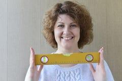 la mujer está sosteniendo las herramientas de la construcción Fotos de archivo