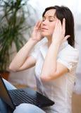 La mujer está sufriendo dolor de cabeza Imagenes de archivo