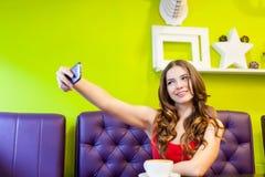 La mujer está tomando el selfie en un café Fotografía de archivo