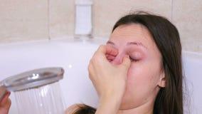 La mujer está tomando un baño Griterío con los ojos rojos en la depresión almacen de video