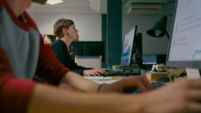 La mujer está trabajando en el ordenador adentro comienza para arriba la oficina con su negocio WorkTeam almacen de video