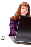 La mujer está trabajando en la computadora portátil Foto de archivo