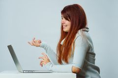 La mujer está utilizando el ordenador portátil para la comunicación en charla o la charla video Concepto social de los media fotos de archivo
