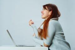 La mujer está utilizando el ordenador portátil para la comunicación en charla o la charla video Concepto social de los media fotografía de archivo