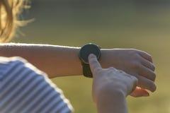 La mujer está utilizando el smartwatch fotografía de archivo libre de regalías