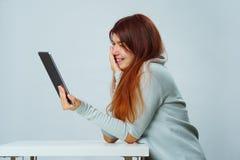 La mujer está utilizando la tableta para la comunicación en charla o la charla video Concepto social de los media imagen de archivo