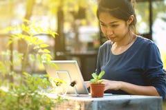 La mujer está utilizando una tableta Imágenes de archivo libres de regalías