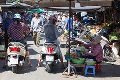 La mujer está vendiendo las salmueras en el mercado mojado Fotos de archivo libres de regalías