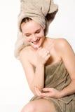 La mujer está aplicando sus dientes y sonrisa con brocha Imagen de archivo libre de regalías