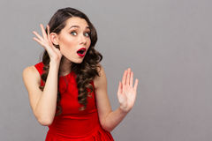 La mujer está escuchando lo que usted consiguió decir Foto de archivo libre de regalías