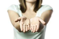 La mujer estira hacia fuera sus manos vacías Fotografía de archivo