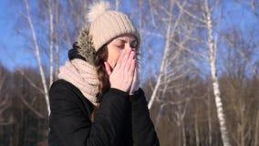 La mujer estornuda, al aire libre, cámara lenta, el plan medio metrajes