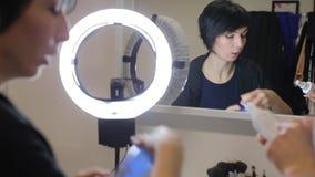 La mujer examina una botella metrajes