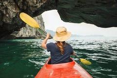 La mujer explora la bahía larga de la ha en el kajak foto de archivo libre de regalías
