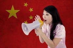 La mujer felicita Año Nuevo chino con el megáfono Imágenes de archivo libres de regalías