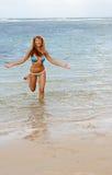 La mujer feliz atractiva se ejecuta hacia fuera del mar del Caribe Fotos de archivo