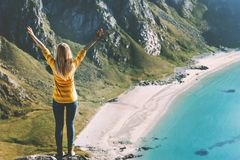 La mujer feliz aumentó vacaciones del viaje del verano de los brazos fotos de archivo libres de regalías