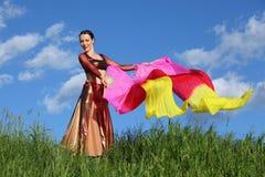 La mujer feliz baila con los ventiladores del velo Fotografía de archivo
