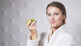 La mujer feliz come la manzana almacen de video