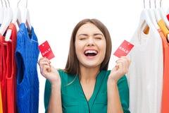La mujer feliz con venta marca con etiqueta en la ropa en el guardarropa Fotografía de archivo libre de regalías