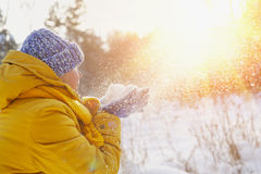 La mujer feliz de la belleza disfruta nieve mullida y el sol Fotos de archivo