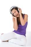 La mujer feliz del adolescente disfruta de música con los auriculares Imagen de archivo