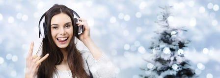 La mujer feliz del concepto de la fiesta de Navidad escucha la música Fotografía de archivo
