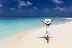 La mujer feliz del viajero disfruta de sus vacaciones de verano en una playa tropical foto de archivo libre de regalías