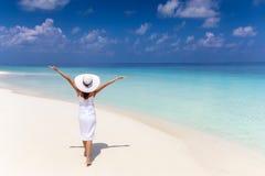 La mujer feliz del viajero en el vestido blanco disfruta de sus vacaciones tropicales de la playa imágenes de archivo libres de regalías