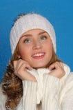 La mujer feliz en invierno arropa bajo nieve que cae Imagen de archivo