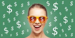 La mujer feliz en sombras con moneda del dólar canta Fotos de archivo libres de regalías