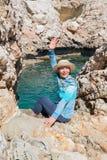 La mujer feliz en un sombrero de paja acoge con satisfacción mañana soleada Imagenes de archivo