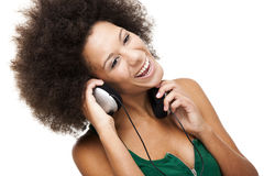 La mujer feliz escucha música Foto de archivo