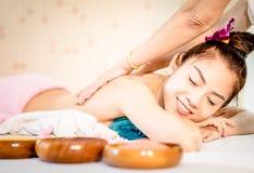 La mujer feliz la está consiguiendo detrás friega en el tratamiento tailandés del balneario fotografía de archivo libre de regalías