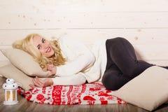 La mujer feliz está mintiendo en la almohada Imágenes de archivo libres de regalías