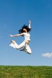 La mujer feliz está saltando Fotografía de archivo libre de regalías