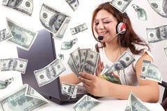 La mujer feliz gana el dinero en línea Foto de archivo libre de regalías