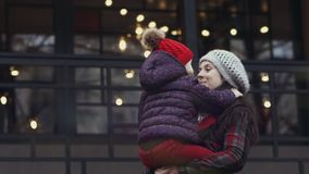 La mujer feliz gira al aire libre con poca hija en sus brazos almacen de video